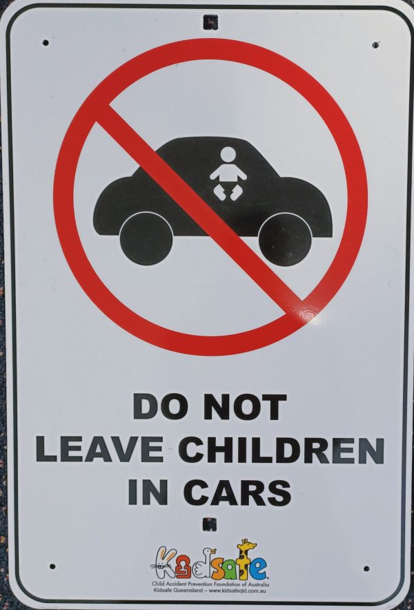 warning sign do not leave children in the car